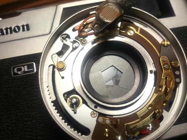 Грязь, смазка на лепестках затвора и диафрагмы Canon Canonet QL17