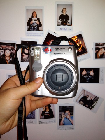 Fujifilm Instax Mini 10 на фоне Instax стены в СРЕДЕ