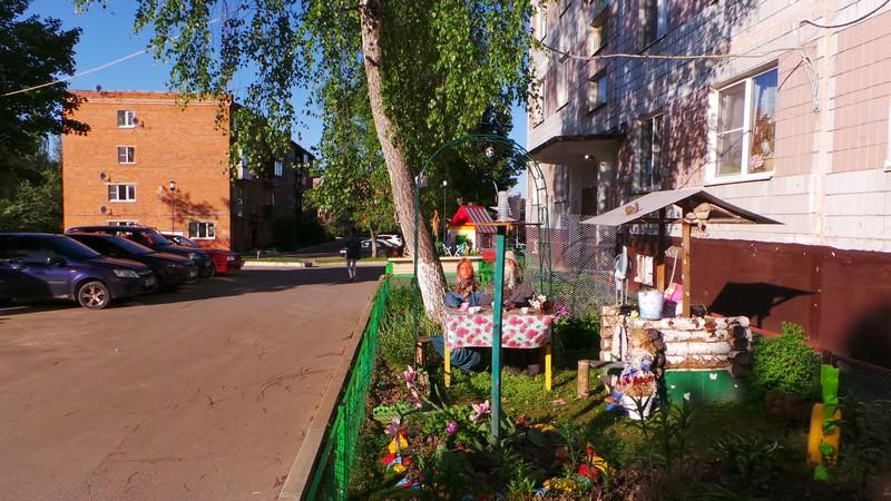 Двор поселения с фольклорными мотивами