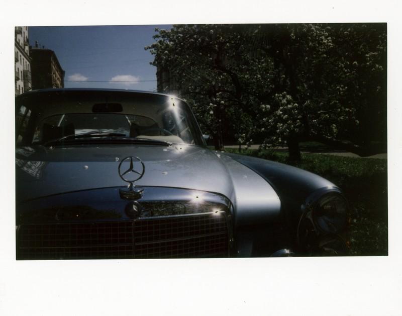 Классический Mercedes-Benz в центре Москвы. Fujifilm Instax Wide 300
