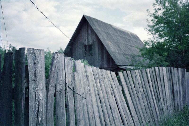 Старый забор в Радищево. Contax T2, просроченная Fujifilm 500T