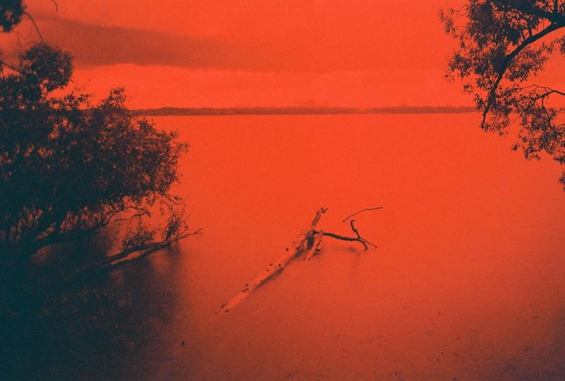 Вид на озеро Сенеж через красный фильтр со стороны Тимоново