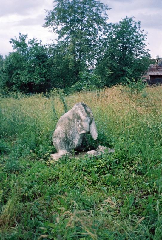 Остатки скульптуры предположительно зайца в Тимоново