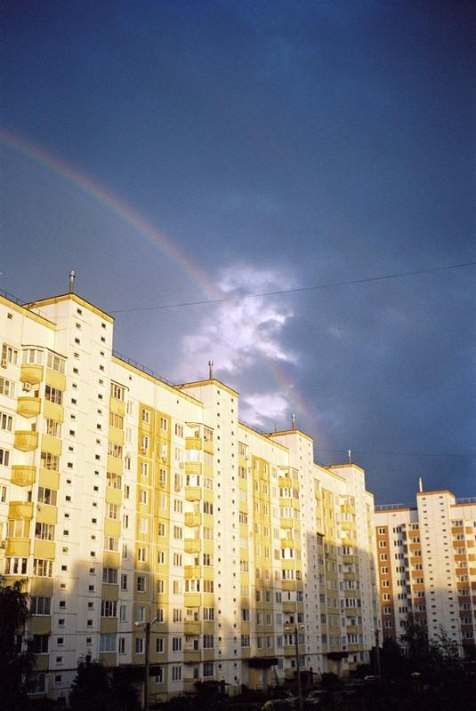 Радуга и свинцовые облака над многоэтажками Тимоново