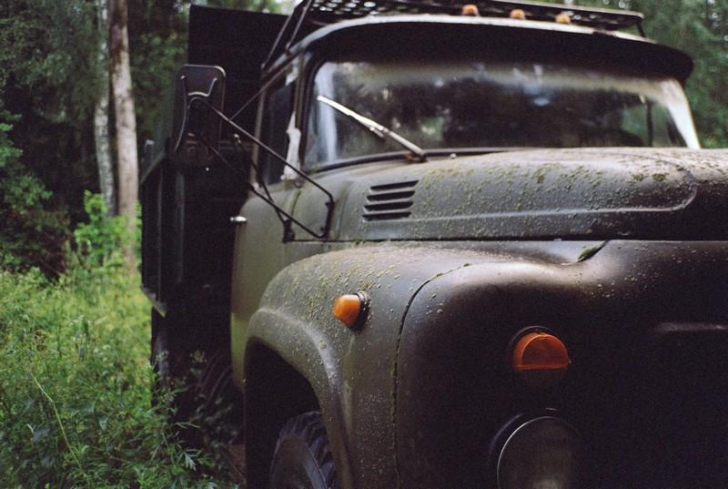 Старый поросший мхом грузовик Зил зеленого цвета в Тимоново