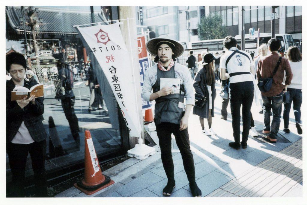 Молодой японец в ожидании клиентов в районе центрального храма Асакусы