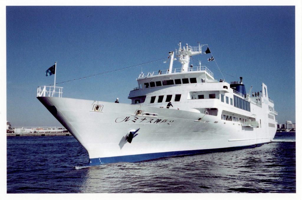 Круизный лайнер заходит в порт города Кобе