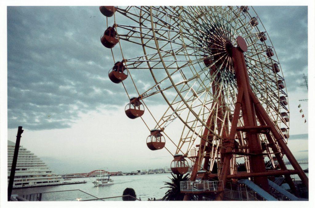 Знаменитый вид на колесо обозрения города Кобе