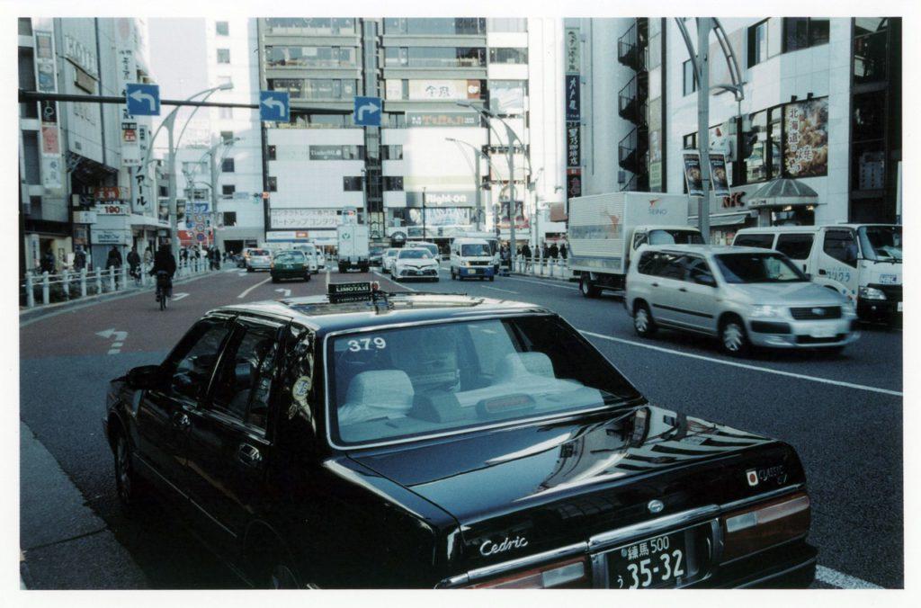 Черное такси на улицах Токио