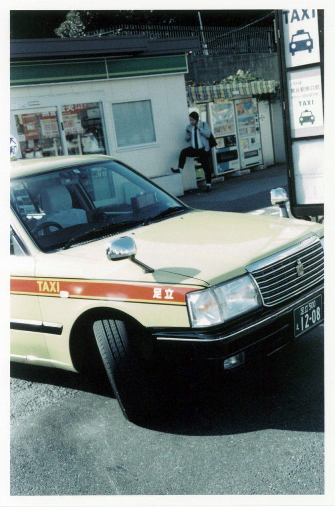 Желтое такси в районе парка Уено