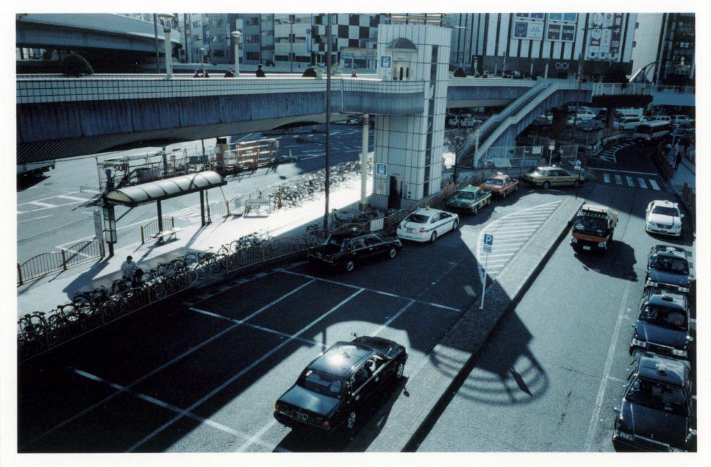 Вид на стоянку такси в районе станции Уено, Токио
