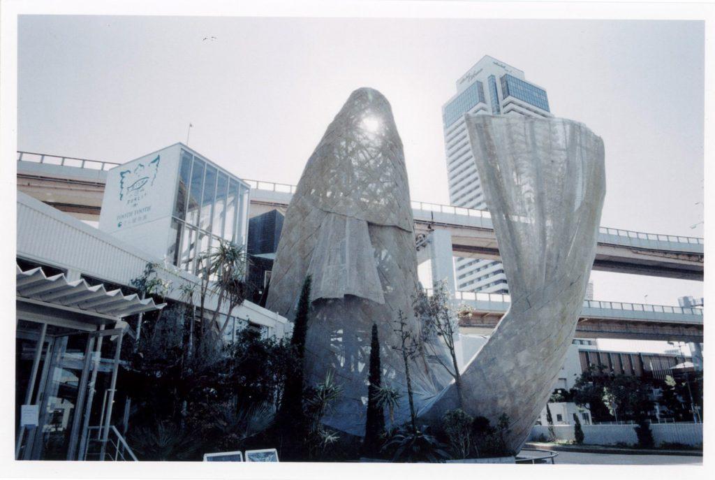 Скульптура карпа рядом с портом города Кобе