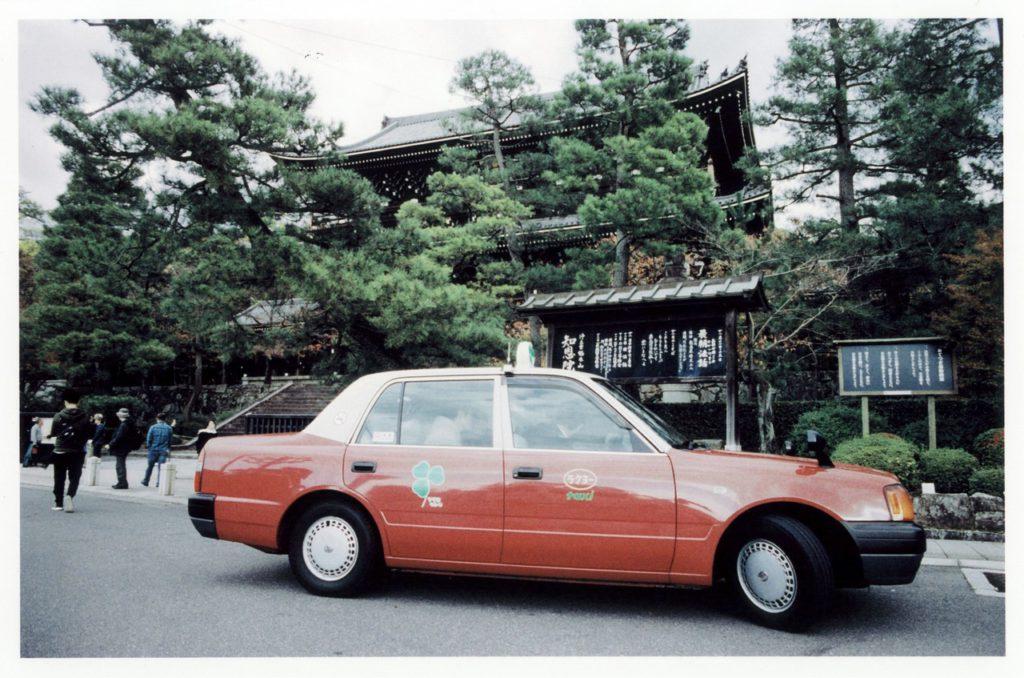 Красное такси в историческом центре Киото