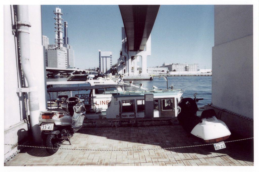 Вид на порт и шоссейную эстакаду города Кобе