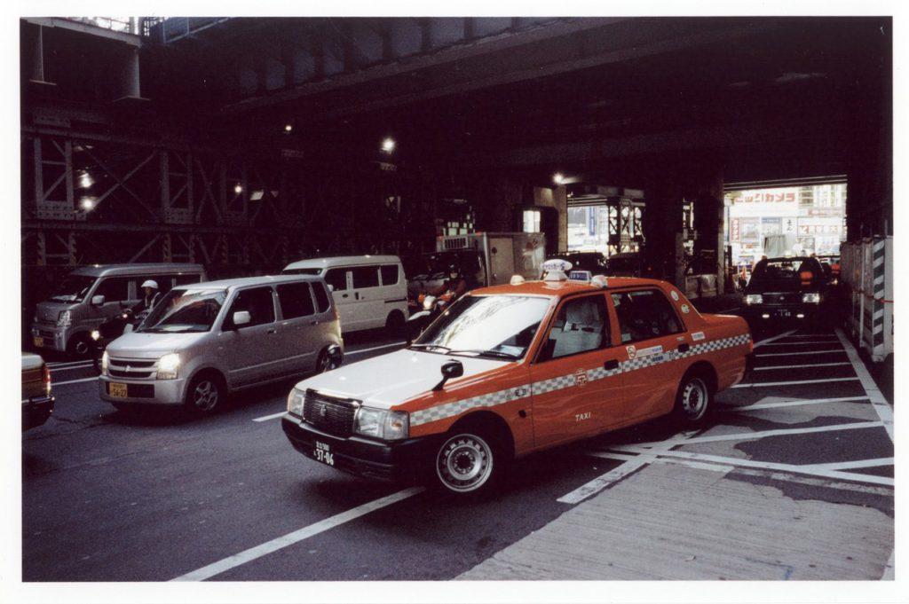 Красное такси рядом со станцией Шибуя, Токио