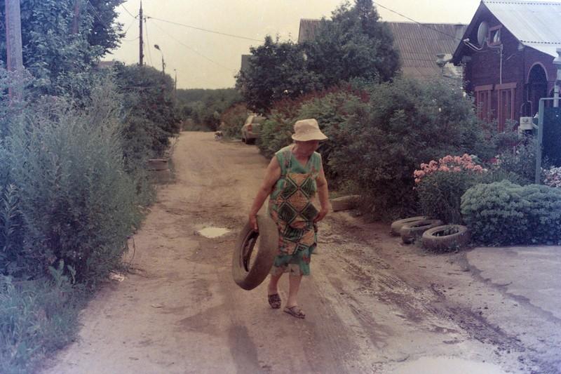 """Бабушка причитая тащит покрышку """"в нору"""", чтобы """"всякие тут не ездили"""""""
