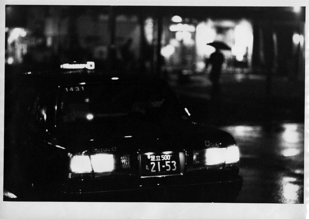 Такси в ожидании клиента рядом со станцией Минамисэндзю в Токио