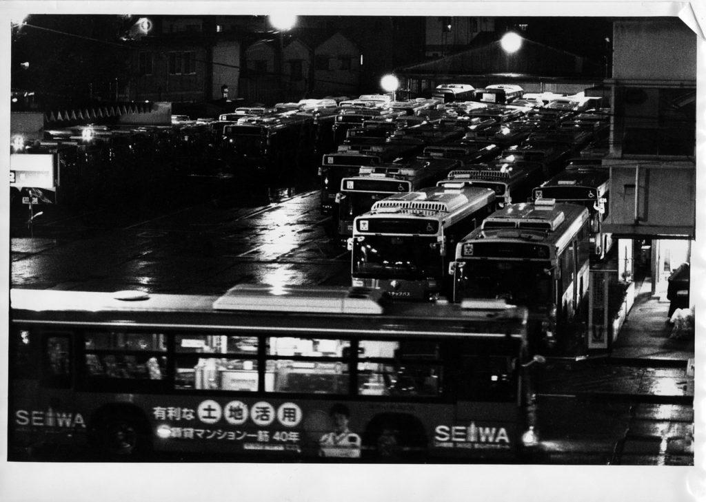 Автобусный парк во время дождя рядом со станцией Минамисендзю в Токио