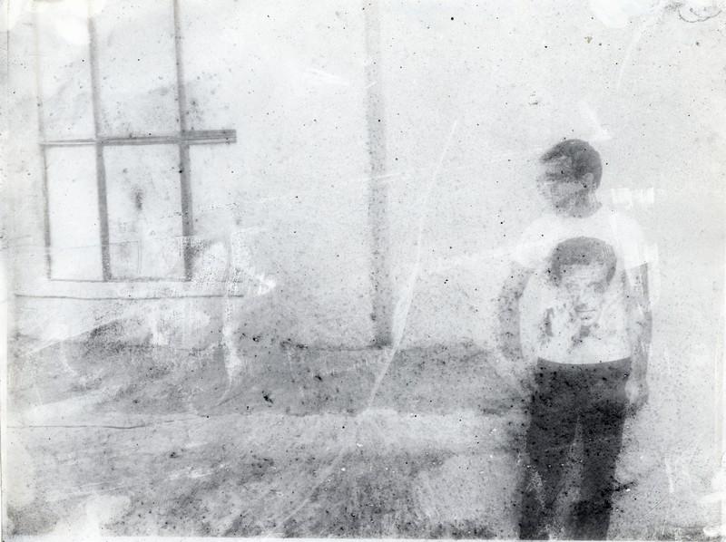 сильно искаженный отпечаток мужчины в майке с портретом