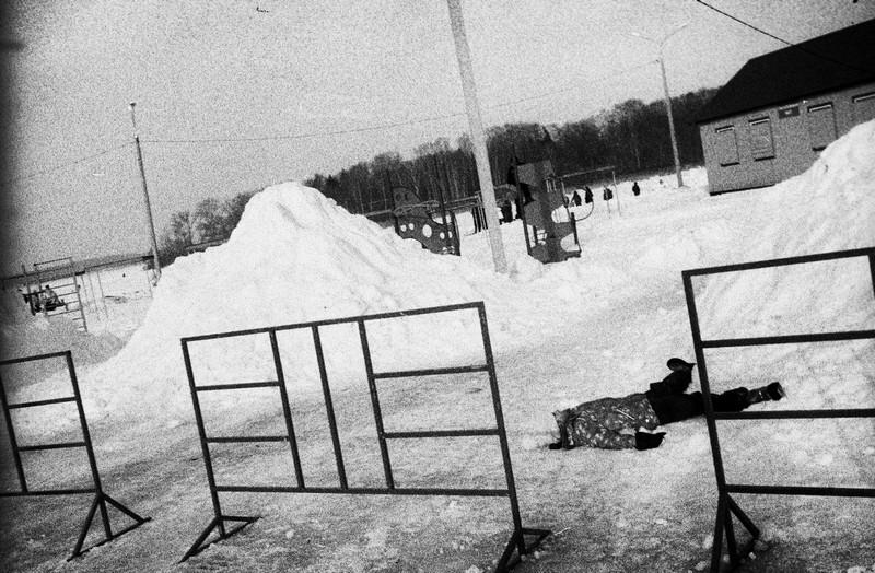 Ребенок валяется на снегу от усталости во время празднования масленницы.
