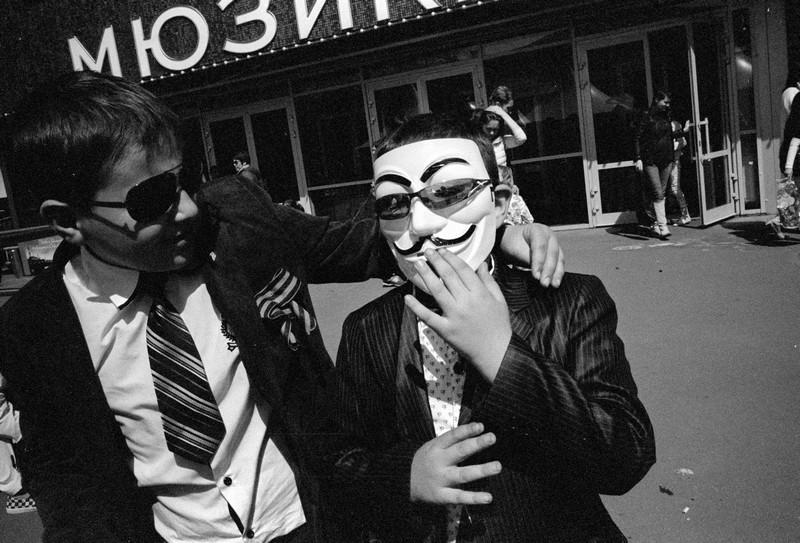 Дети в костюмах и маске на празднике 9 мая