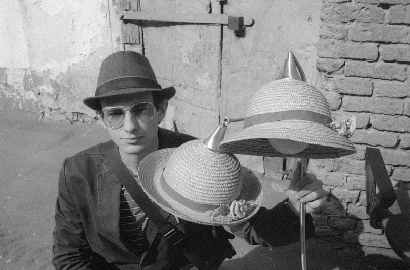 Портрет друга со шляпками