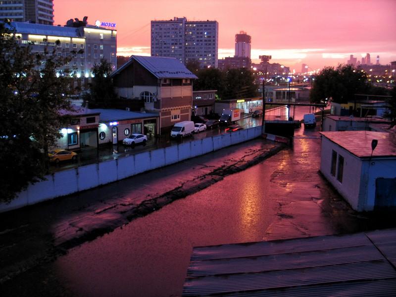 Красивый закат с дождем на улице Вавилова