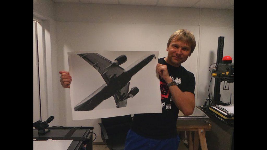 Павел Дудников со свеже напечатанной фотографией Георгия Романова