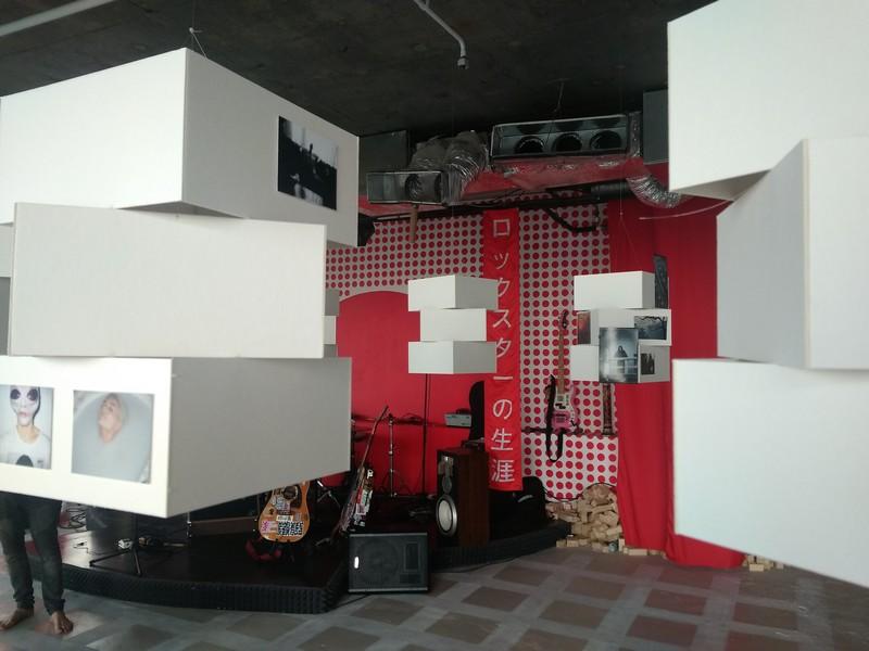 Коллективная выставка с видом на музыкальную площадку галереи 451
