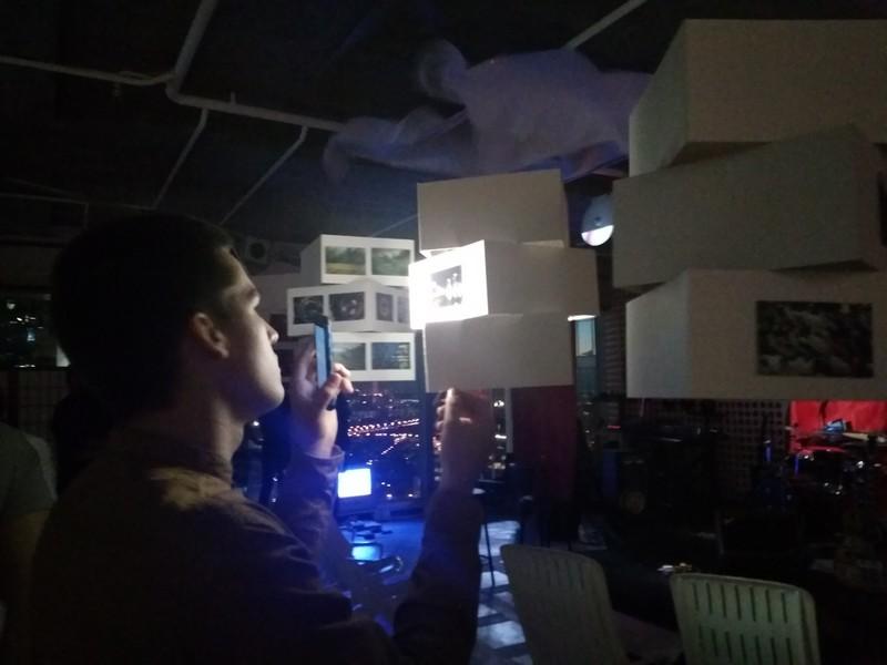 После захода солнца просмотр выставки был возможен только при свете фонарей смартфонов.