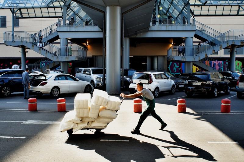 Курский вокзал. Рабочий во время транспортировки товара