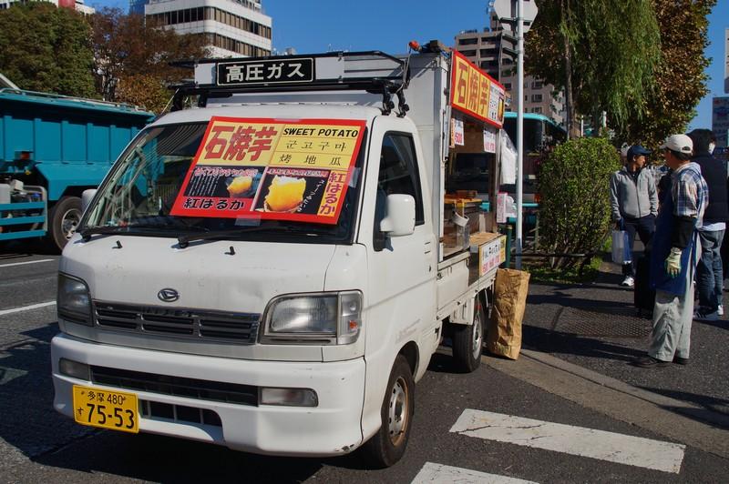 Новый автомобиль Окоямы сана - продавца сладкого картофеля