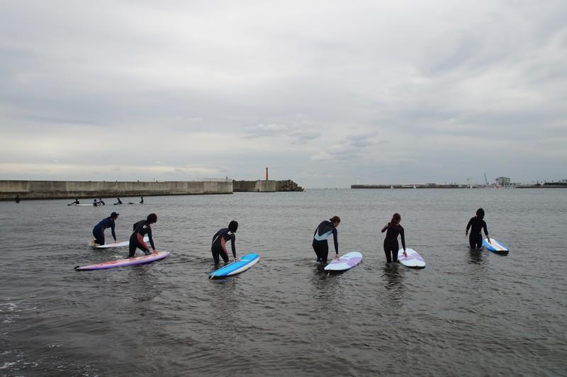 Серфинг на побережье Тихого океана близ острова Эносима