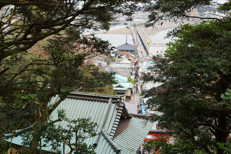 Вид на деревню со смотровой площадки храма богини Бэнтэн