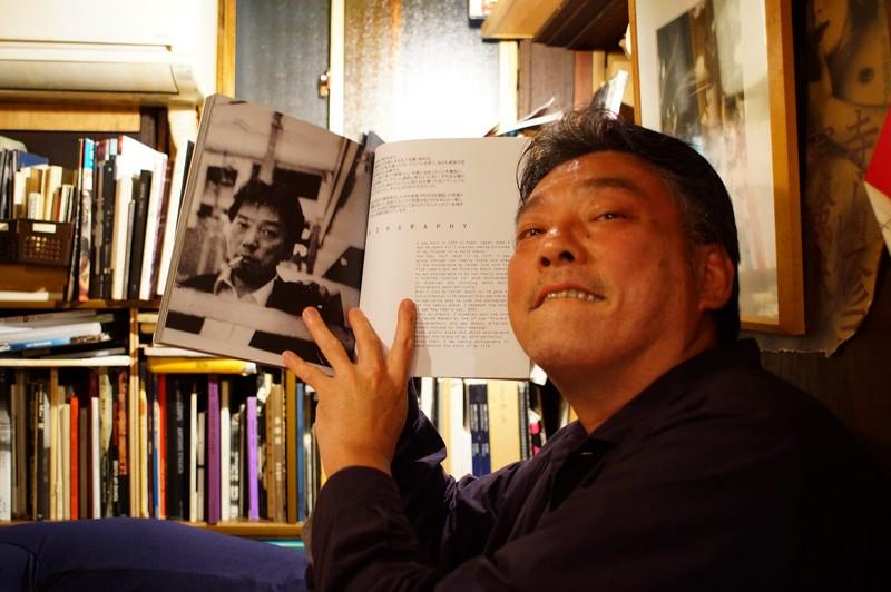 Ямасаки Ко-Джи с книгой In Osaka в баре Кодожи