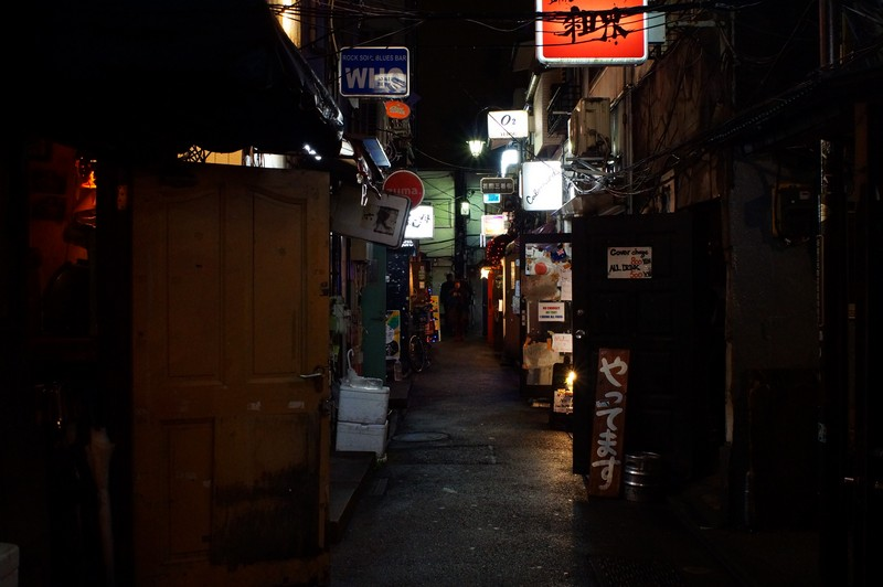 Темными улицами Голден Гая гуляя