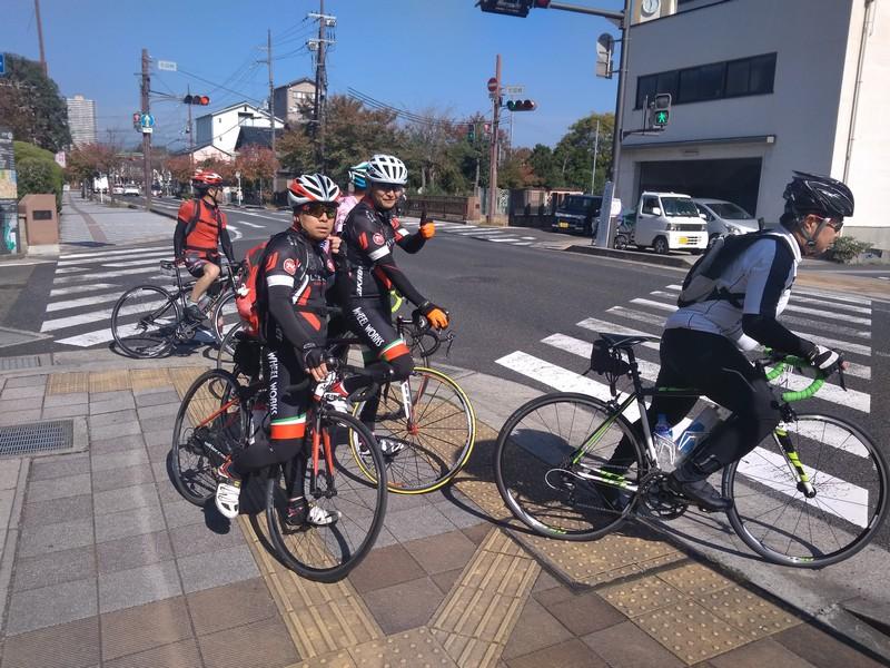 Группа шоссейников где-то в Японии