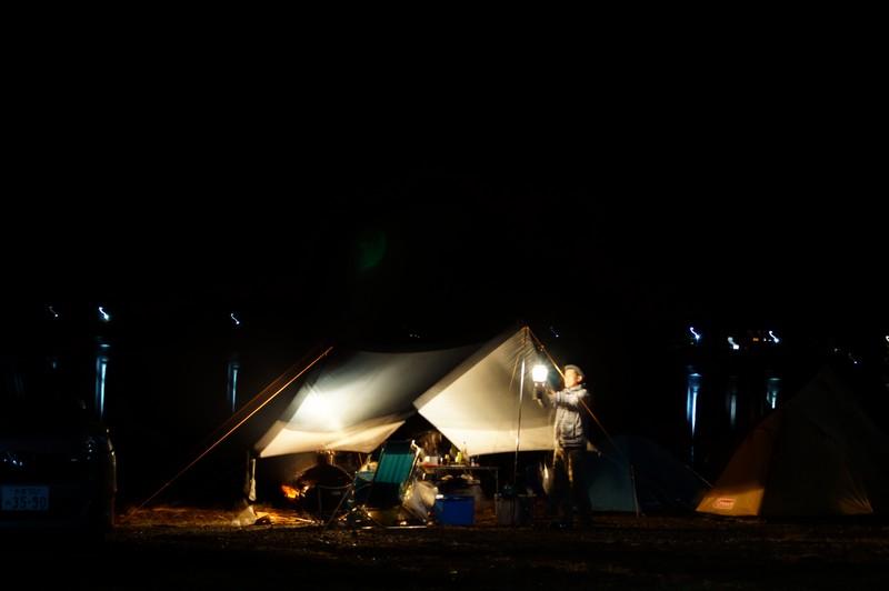 Японцы в ночном лагере близ озера Сайко