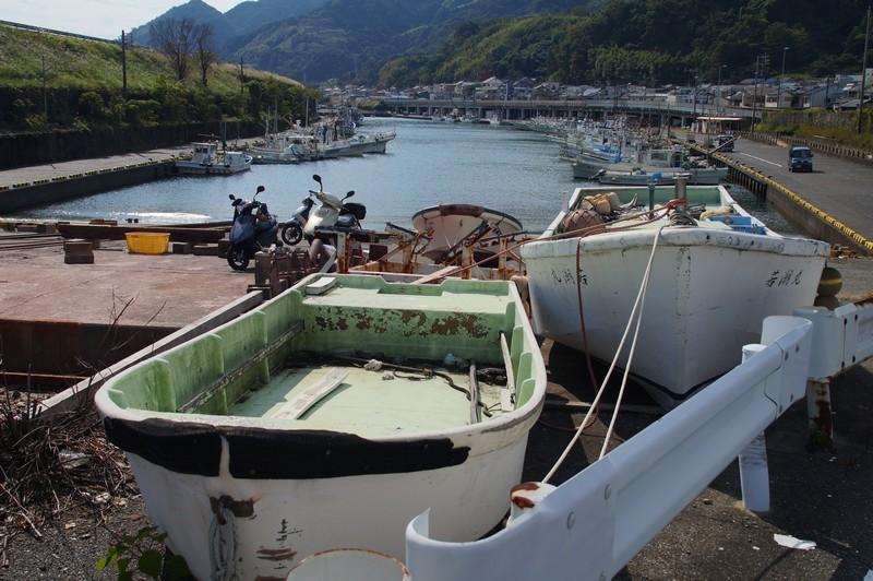 Вид на кооперативный порт города Юи рядом с монументом