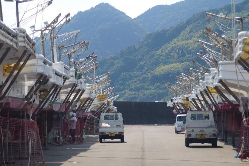Рыболовецкие суда на ремонте с видом на ближайшие горы. Город Юи