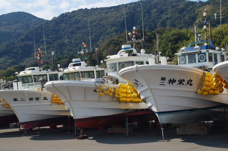 Рыболовецкие суда города Юи с видом на горные вершины