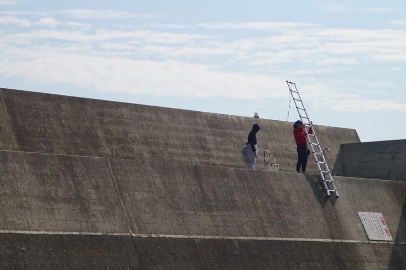 Рыбаки с лестницей, которая позволяет им рыбачить в заливе