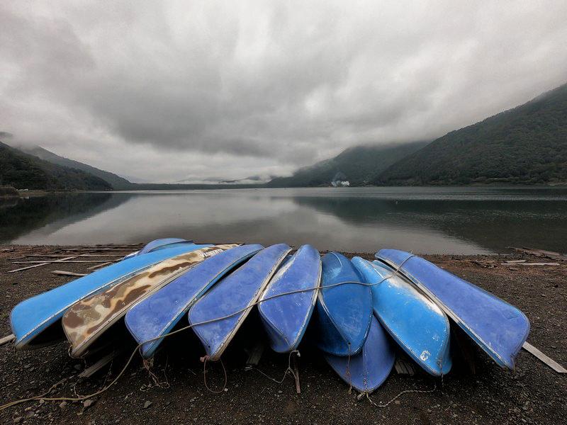 Пейзаж с лодками и тяжелым небом на озере Сайко