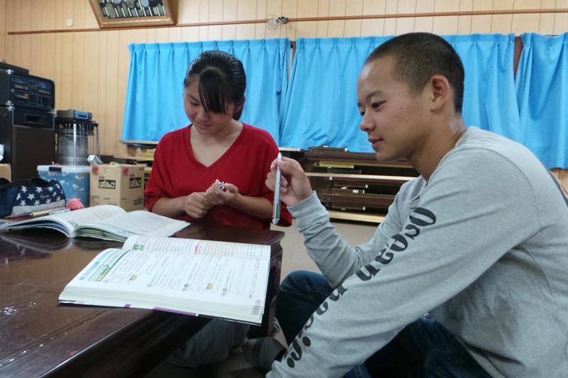 Японские школьники во время занятий английским языком