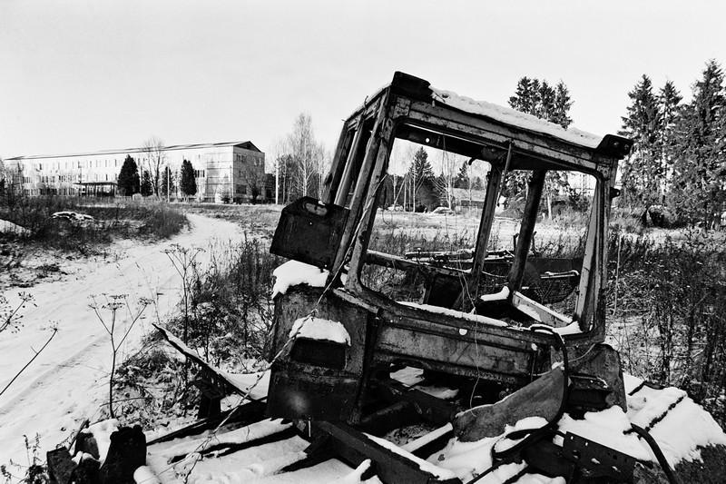 Старый трактор на фоне школы в Смирновке