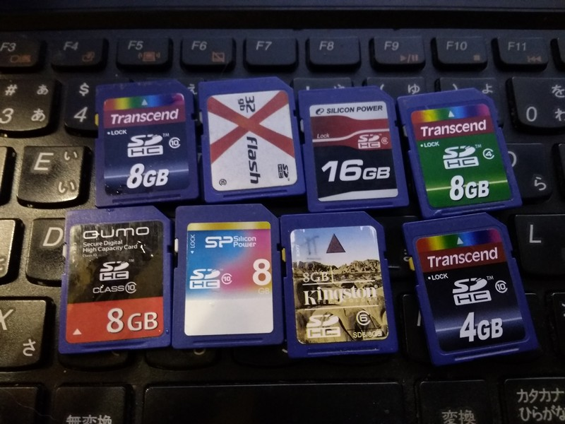 коллекция старых карт памяти SD формата