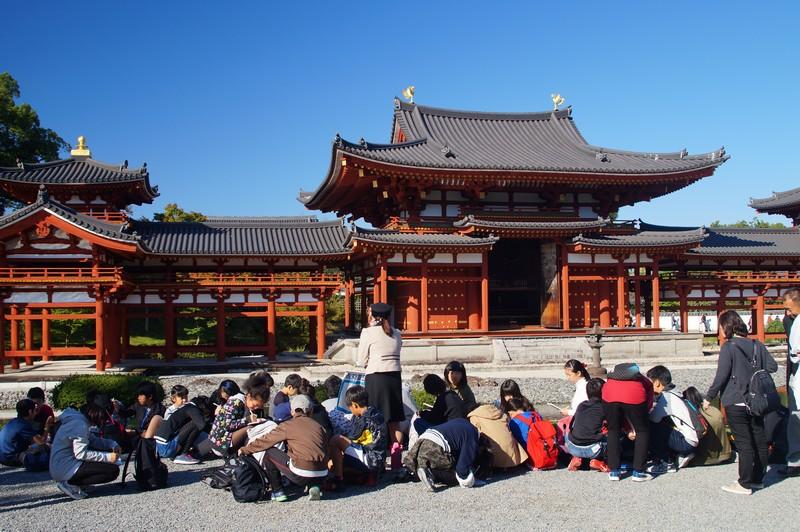 Японские школьники во время экскурсии по комплексу Бёдо-ин