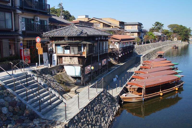 Открыточный вид города Удзи рядом с храмовым комплексом Бёдо-ин