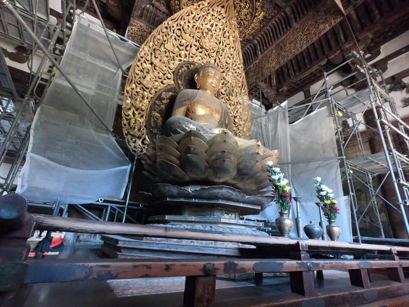 Статуя Амитабха в павильоне Феникса храма Бёдо-ин