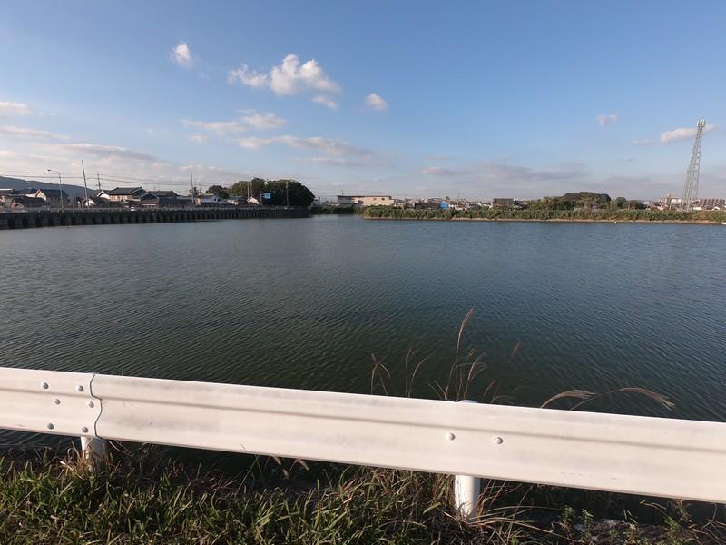 Большой пруд для набора воды в фермерские хозяйства. Яматокорияма, Нара, Япония